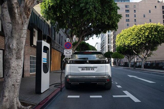 Novi SUV PEUGEOT 3008 HYBRID – Punjenje na javnim stanicama